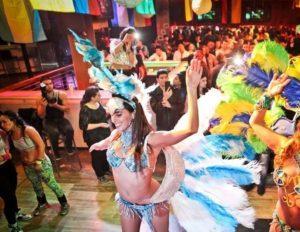 רקדנים ורקדניות ברזילאים לאירוע